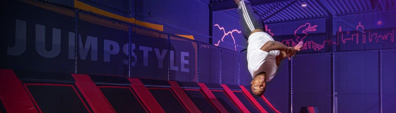 Het trampolinepark van Marco en Ria Kramer in Heerenveen bleek zo'n succes, dat ze haarfijn aanvoelden dat ze gauw los moesten met een tweede vestiging van Jumpstyle in Friesland. 'Het wasspannend, want ook andere partijen roken hun kans', weet het ondernemersechtpaar. 'Gelukkig konden we op tijd doorpakken dankzij het laatste stukje financiering van de FOM.' Inmiddels is het dubbel zo grote Jumpstyle-park in Drachten open.